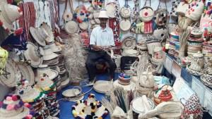 مغربي يحوّل سعف النخيل إلى تحف فنية