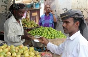 تدهور معيشة اليمنيين يتسارع مع اشتداد حرب العملة