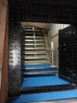 κάθετες σκάλες που φτιάχτηκαν αργότερα για τους επισκέπτες, ανεβοκατέβαιναν με σχοινένιες σκάλες