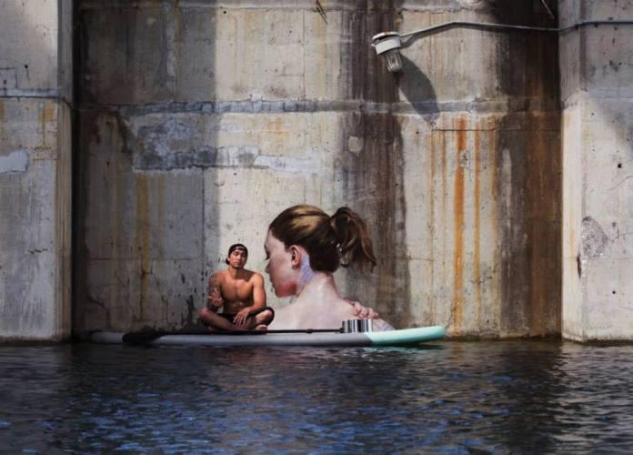 他乘衝浪板作畫 紐約河道上「出水芙蓉」驚艷