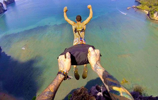 單看都覺得肉疼!美國男子背穿金屬鉤玩懸浮跳傘(圖/慎入)