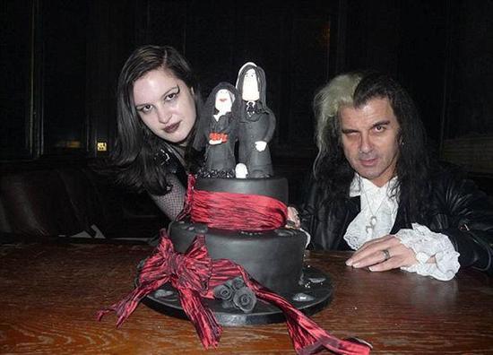 現實版吸血鬼夫婦:喜食人血 晝伏夜出