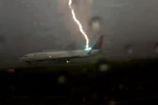 乘客捕捉美國客機遭閃電擊中瞬間,看見了你還想上那班機嗎?