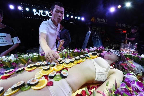 山西酒吧找嫩模做「人體壽司宴」 網友吐槽噁心