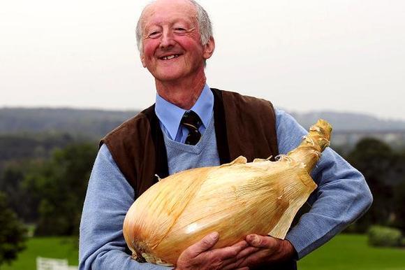 人类已经无法阻止这位英国巨型蔬菜爷爷了!
