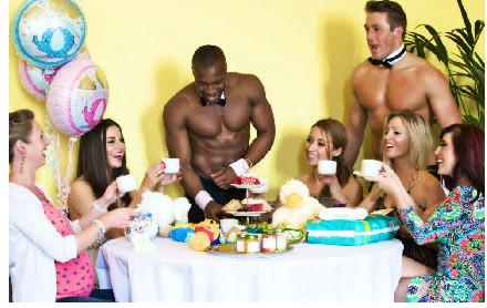 世界上第一家裸體男僕公司,女士們流口水吧!