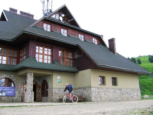 Schronisko PTTK na Hali Miziowej położone jest na wysokości 1330 m n.p.m., na stokach Pilska. Jest popularnym celem wycieczek turystycznych, a w zimie centrum ośrodku narciarskiego.