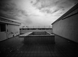 """Caserta, Casal di Principe, Villa confiscata al boss Sandokan, ora sede della associazione """"La forza del Silenzio"""" per i malati di Autismo. Piscina su il tetto della casa di Sandokan."""