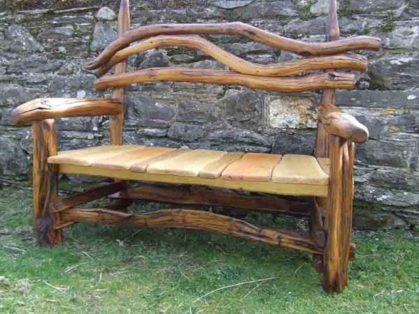 Вариант скамейки из древесины для сада или на дачу