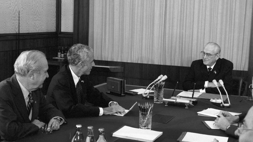 Визит в СССР американских сенаторов. Юрий Владимирович Андропов во время беседы с сенаторами в Кремле. Фото: © РИА Новости/Сергей Гунеев