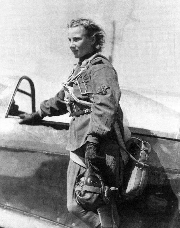Пилот 73-го гвардейского истребительного авиаполка младший лейтенант Лидия Литвяк (1921—1943) после боевого вылета на крыле своего истребителя Як-1Б.