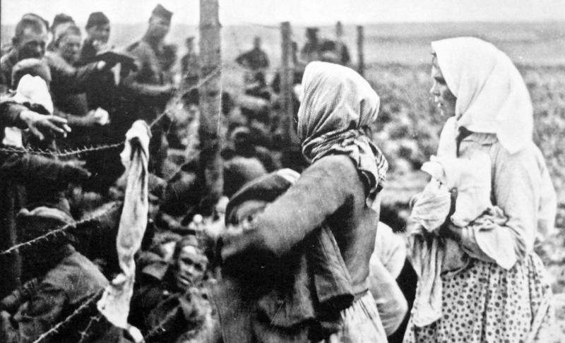 Женщины раздают хлеб советским военнопленным. Калининская область, СССР. 1942 год