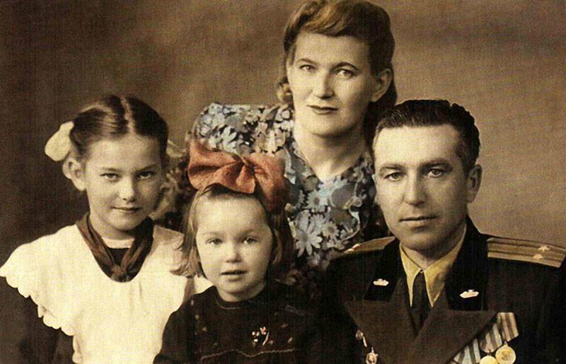 Наташа Гвоздикова (в центре) с мамой Натальей Николаевной, папой Федором Титовичем и сестрой Людмилой семья, слушают, фото
