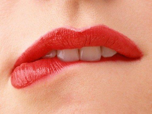 К чему чешутся губы: примета. Что означает зуд? Верхняя или нижняя