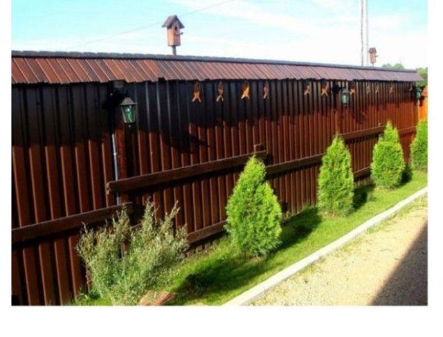 Интересный деревянный забор с крышей
