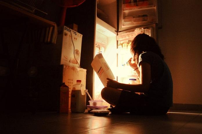 Привычка есть поздно вечером или ночью: как избавиться от неё