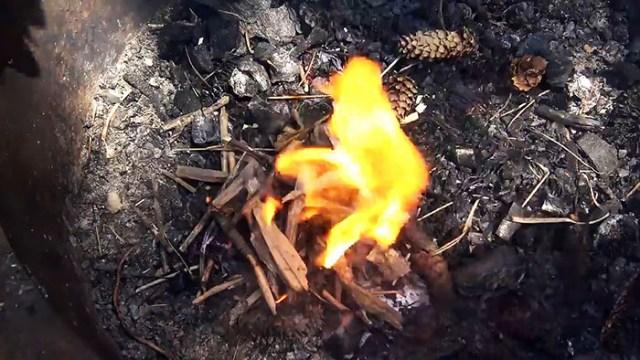 Как разжечь огонь с помощью полиэтиленового пакета