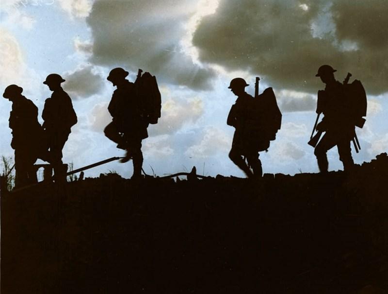 Солдаты Йоркширского пехотного полка на марше архивное фото, колоризация, колоризация фотографий, колоризированные снимки, первая мировая, первая мировая война, фото войны