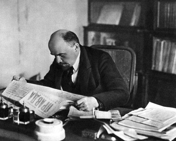 Ленин за чтением прессы. Кремль.