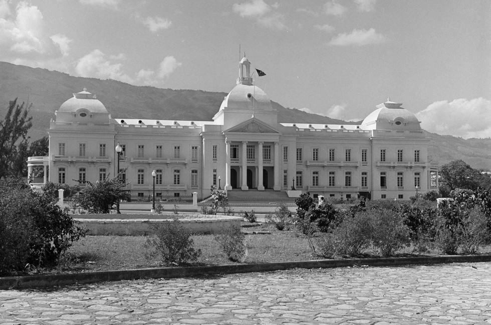 Национальный дворец в Порт-о-Пренсе, Гаити. Хотя у президента Франсуа Дювалье был неподалёку частный дом, он проводил большую часть своего времени здесь. Фото: © AP Photo / Jim Bourdier