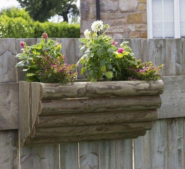 Простая деревянная конструкция которую можно повесить на забор