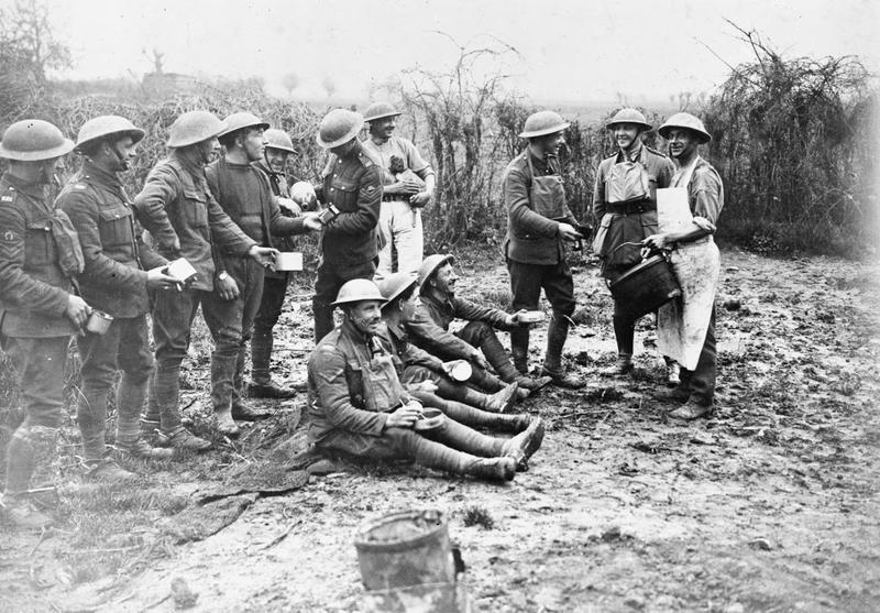 Нередко в Великую войну ром смешивался с чаем. Таким коктейлем угощались английские солдаты, как на этом снимке 1918 года. pointsadhsblog.wordpress.com - «У нас здесь много вина, мы пьём его как воду…» | Военно-исторический портал Warspot.ru