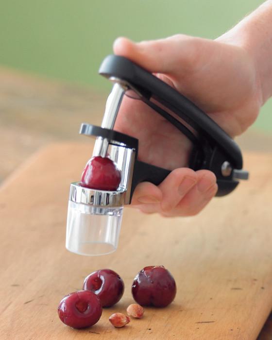 Приспособление для извлечения косточек из ягод.