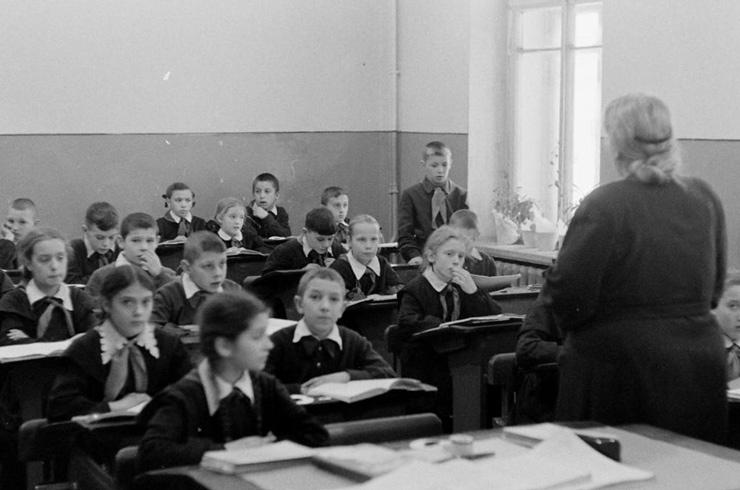 «Ты в класс пришла или на панель?!»: как нас унижали в школе