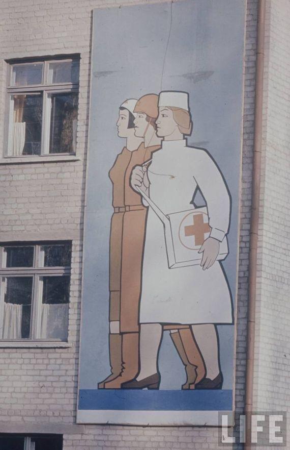 Медицинский персонал на 70% состоял из представительниц слабого пола, что часто изображалось на популярных в те времена плакатах. СССР, качество, медицина, фото
