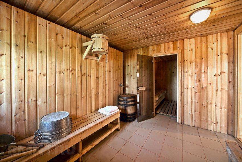 Chão de telhado em uma lavagem e sala de vapor