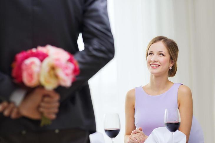 должен ли мужчина дарить букет цветов девушке