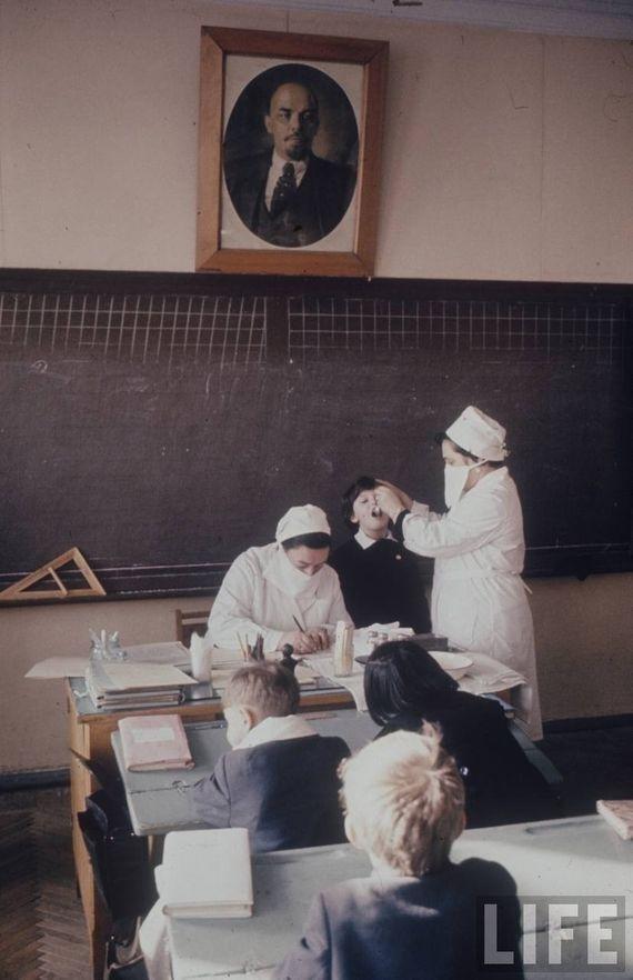 Как правило, осмотры и подобные процедуры выполнялись прямо на глазах у класса. СССР, качество, медицина, фото