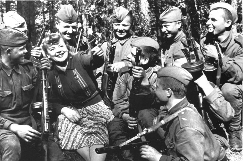 Киноактриса Зоя Федорова общается с бойцами одной из танковых частей Красной Армии. На груди актрисы знак «Гвардия» (вероятно, подарок) и орден Трудового Красного Знамени (награждена в 1939 году за исполнение роли Варвары Корнеевны Власовой в фильме «На границе»). Все бойцы вооружены пистолетами-пулеметами ППШ-41.