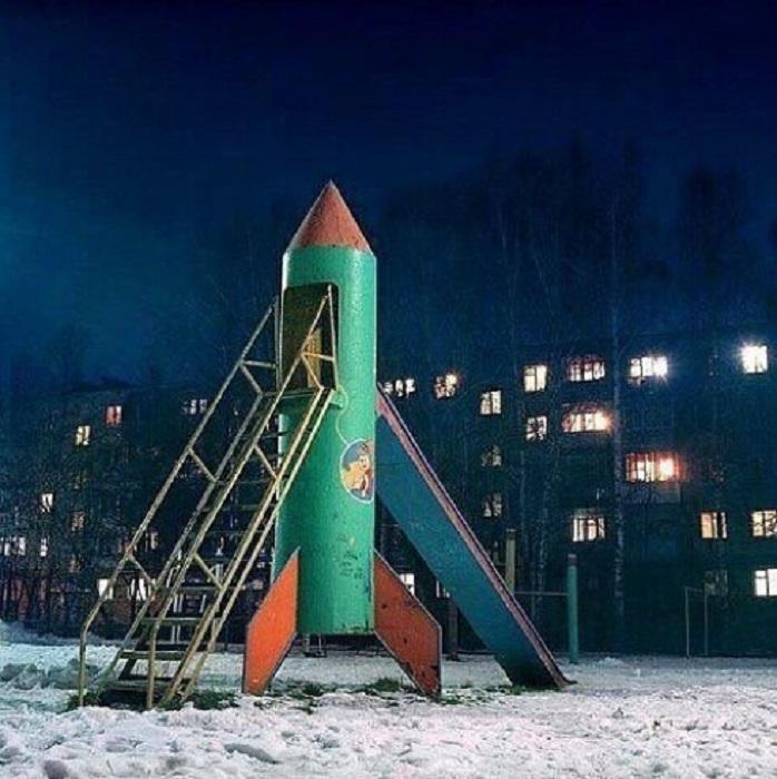 Сидя на вершине горки в форме космической ракеты, установленной на детской площадке у дома, можно было помечтать о профессии космонавта.