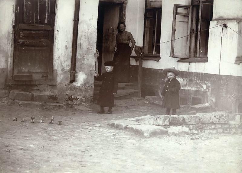 Фото кон. 1890-х - нач. 1900-х гг. П. Левинского. Дети играют в бабки. игры, интересное, история