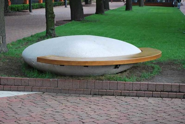 Скамейка из камня и досок