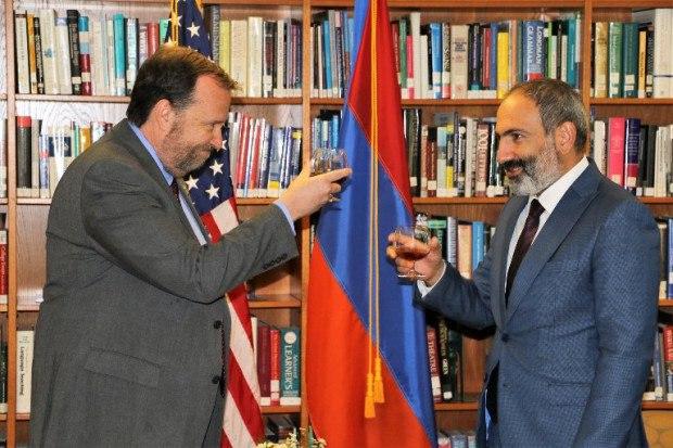 Майданный премьер Армении зачастил к послу США