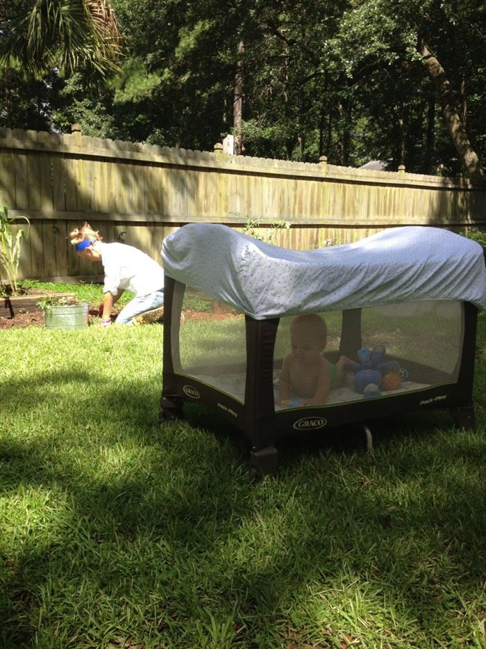 14. Накройте манеж простыней, чтобы уберечь ребенка от комаров дети, подсказки, родители, хитрости