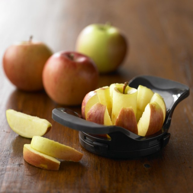 Приспособление для быстрого нарезания яблок на несколько ломтиков.