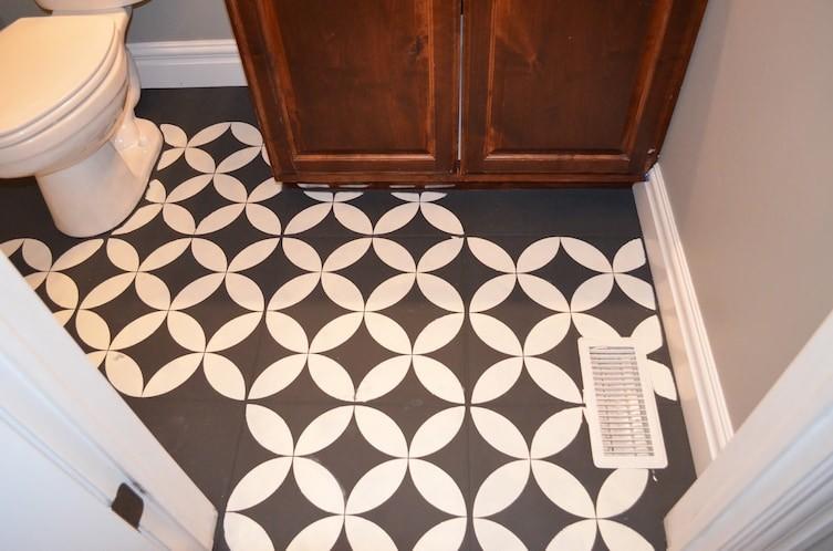 Обновить однотонную плитку можно узорами, сделанными при помощи аэрозольной краски и трафаретов бюджетно, дом, идеи, креатив, ремонт, своими руками, советы, фото