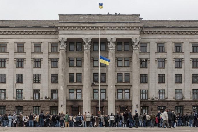 В Одессе тысячи людей пришли к Дому профсоюзов почтить ...