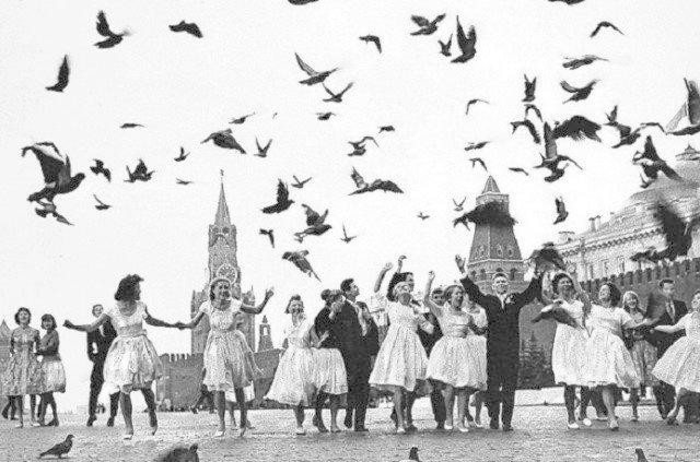 Все заканчивалось выпускным балом, танцами до утра, потом шли встречать рассвет, а затем расставались, чтобы, возможно, никогда уже больше не встретиться. СССР, история, школа