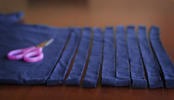 Чудесное превращение: уютные пуфики, коврики и подушки из старых футболок фото 3