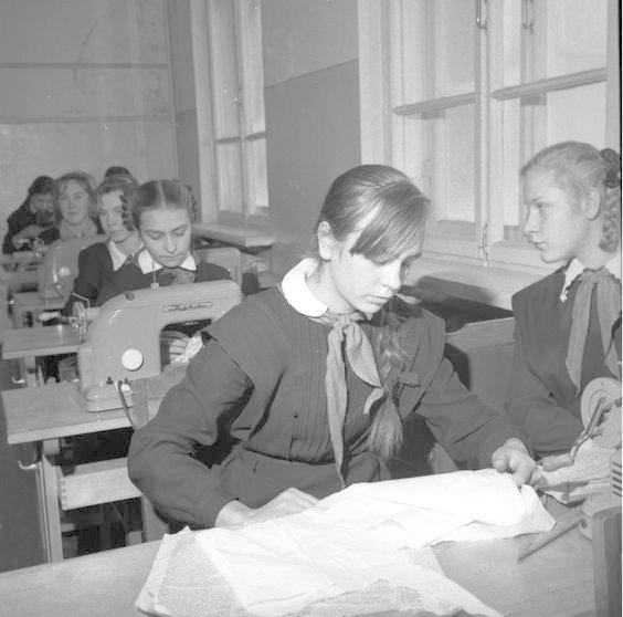 На зтих уроках девочек даже шить учили. СССР, история, школа