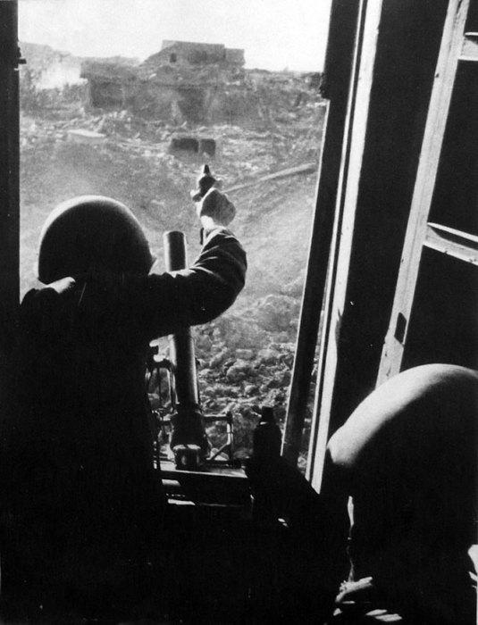 Советский расчёт 50-мм ротного миномета ведет огонь в Сталинграде.