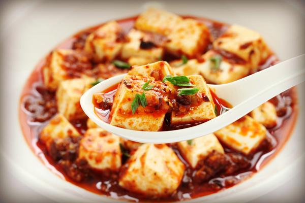 Знаменитое китайское блюдо – тофу с фаршем в томатном соусе и с красным перцем