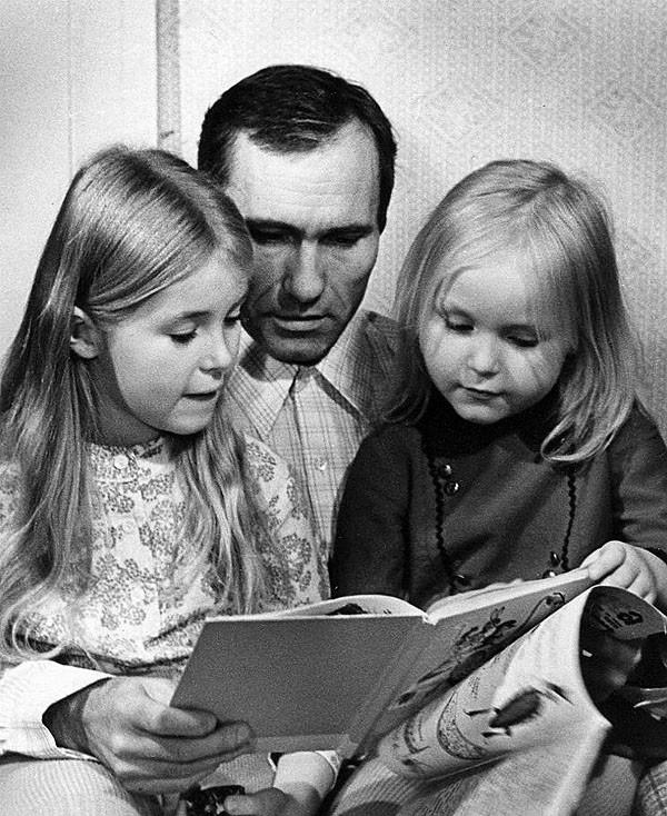 Василий Шукшин с дочерьми семья, слушают, фото