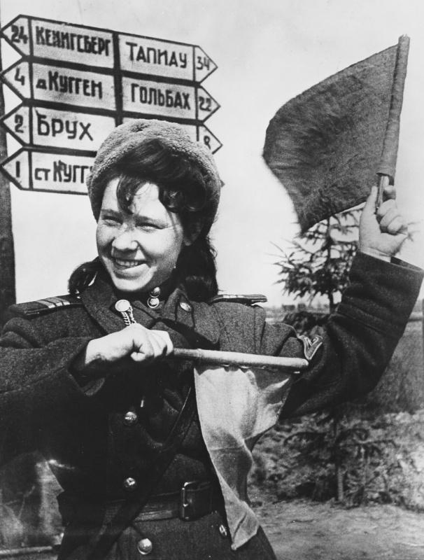 Регулировщица сержант Аня Караваева на пути к Кенигсбергу. Судя по указателю за ней, до города всего 24 километра.