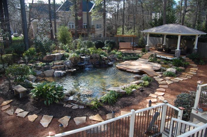 Беседка возле пруда станет лучшим местом для отдыха на территории садового участка.