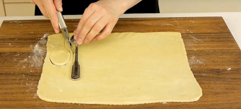 Вот что будет, если завернуть ложки в кусочки слоеного теста и поставить их в духовку! Результат просто потрясающий!